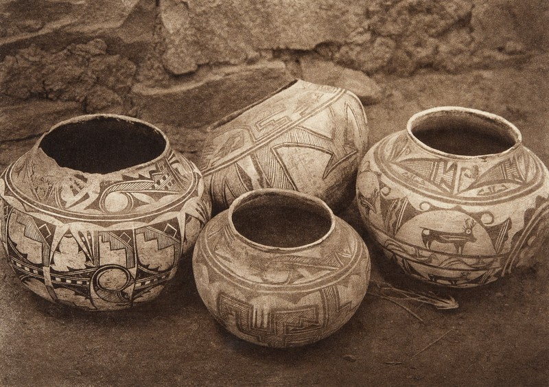 Zu–i pottery (The North American Indian, v. XVII. Norwood, MA, The Plimpton Press,  1926)