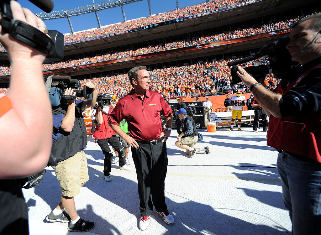 . Washington Redskins head coach Mike Shanahan gets a standing ovation while being introduced before the game.   (Photo by John Leyba/The Denver Post)