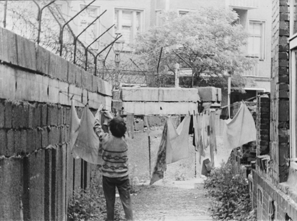 . A woman hanging out washing in her back yard on a line attached to a section of the Berlin Wall, Berlin, Germany, 6th August 1963. (Photo by Keystone/Hulton Archive/Getty Images)