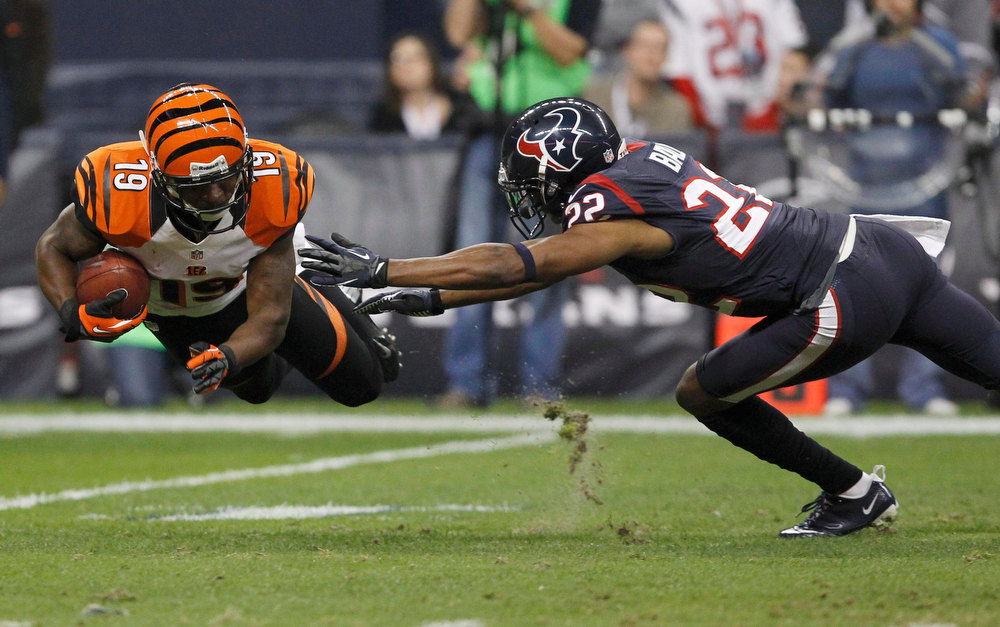 Description of . Cincinnati Bengals wide receiver Brandon Tate makes a catch in front of Houston Texans cornerback Alan Ball during the third quarter of their NFL AFC wildcard playoff football game in Houston, Texas January 5, 2013. REUTERS/Tim Sharp