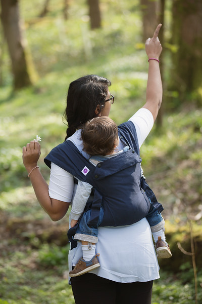 Izmi_Baby_Carrier_Cotton_Midnight_Blue_Lifestyle_Back_Carry_Mum_Pointing_Up.jpg