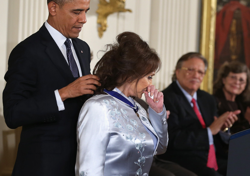 . U.S. President Barack Obama (L) awards the Presidential Medal of Freedom to country music legend Loretta Lynn (R) in the East Room at the White House on November 20, 2013 in Washington, DC.  (Photo by Alex Wong/Getty Images)