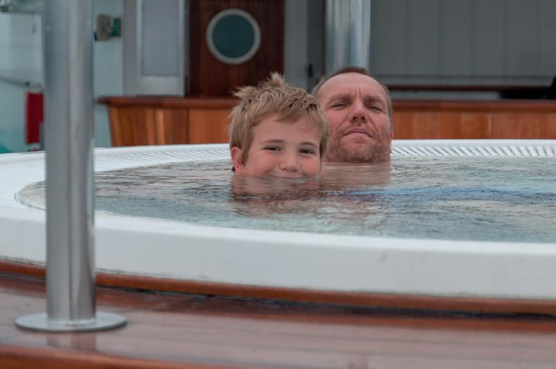 Richard und Bernd chillen im Pool von Deck 13.