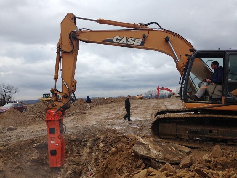 NPK GH9 hydraulic hammer on Case excavator (5).JPG