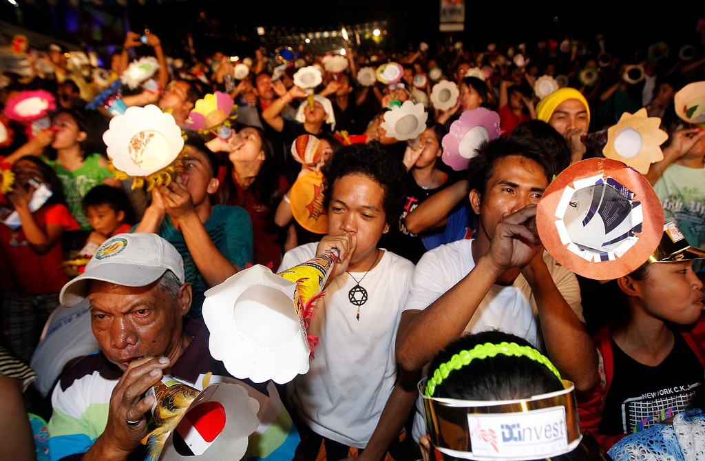 ". Thousands of Filipino simultaneously blow their Torotot (party blower) for the attempt to break the Guinness book of World Record for the ""Most number of people blowing party blowers simultaneously\"" in Davao city, Southern Philippines, 31 December 2013. 10,000 party blowers are expected to make noise on New Yearís Eve in Davao city, aiming to break Japanís record of 6,900.  EPA/RITCHIE B. TONGO"