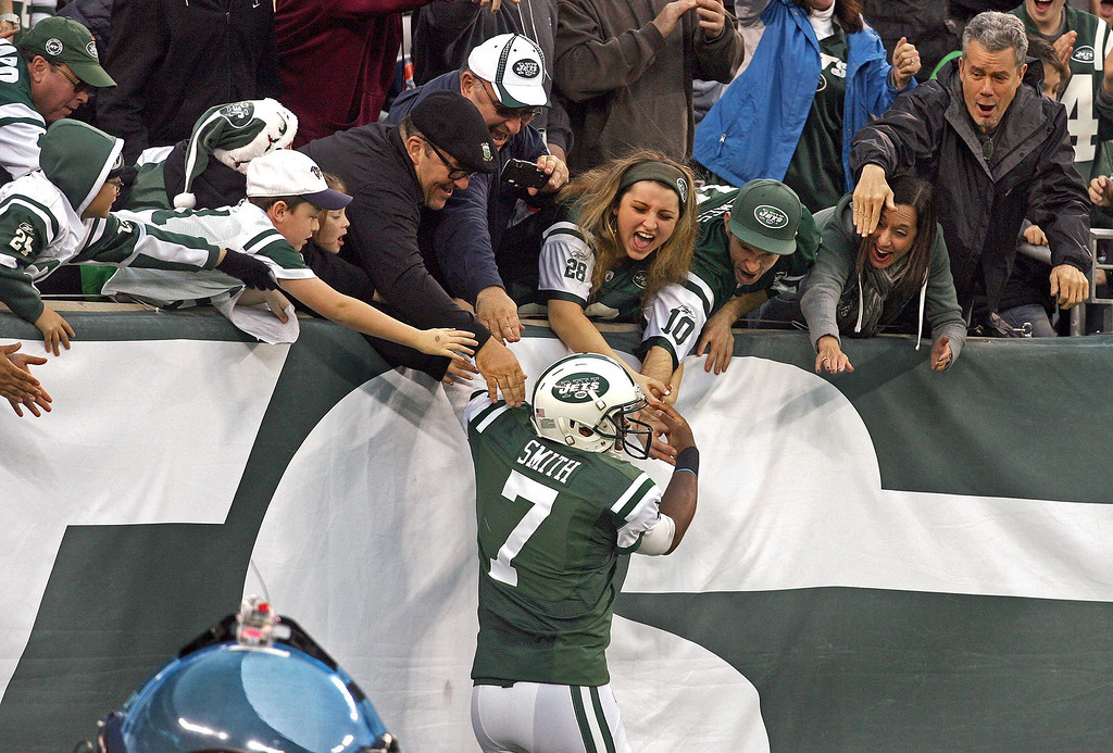 . New York Jets quarterback Geno Smith (7) celebrates with fans after a touchdown run in the fourth quarter against the Cleveland Browns in East Rutherford, N.J., Sunday, Dec. 22, 2013. The Jets defeated the Browns, 24-13. (Thomas E. Franklin/Thomas E. Franklin/MCT)