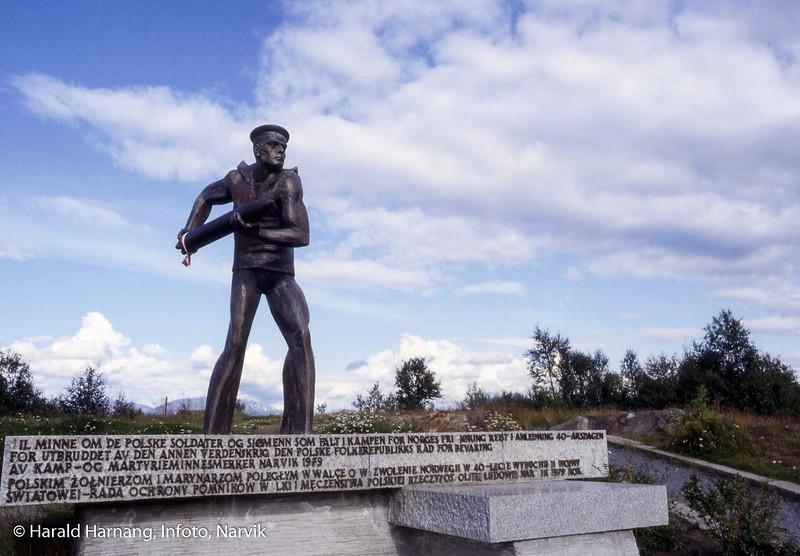 Statue på Groms Plass i Taraldsvik.
