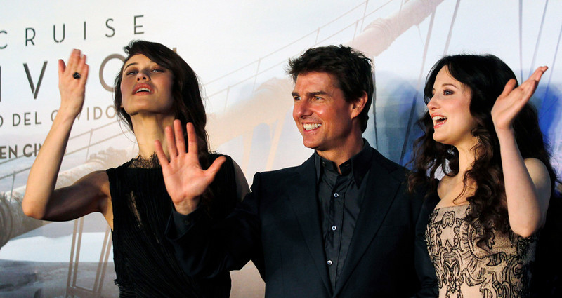 ". U.S. actor Tom Cruise poses with Ukrainian-born actress Olga Kurylenko (L) and British actress Andrea Riseborough as they arrive on the red carpet for the world premiere of their movie ""Oblivion\"" in Buenos Aires March 26, 2013. REUTERS/Marcos Brindicci"