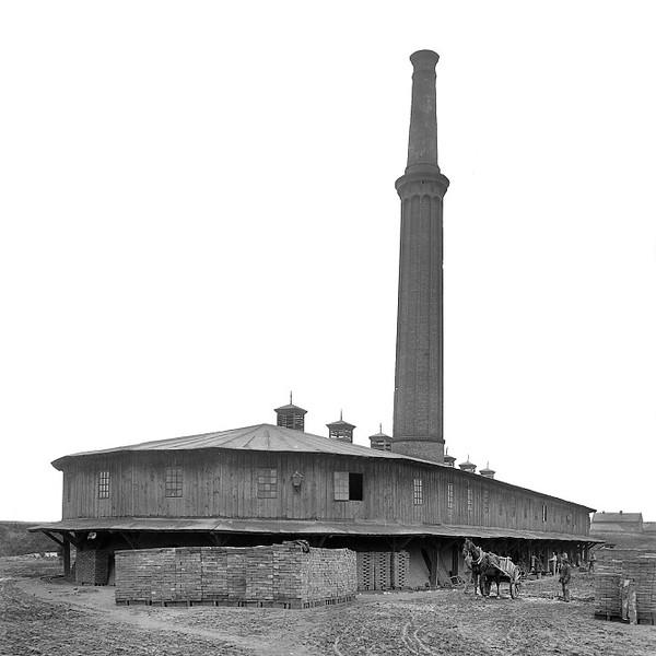 Slavonínská cihelna na přelomu 19. a 20. století. Zdroj snímku: http://koda.kominari.cz/?action=fotka&id=27433