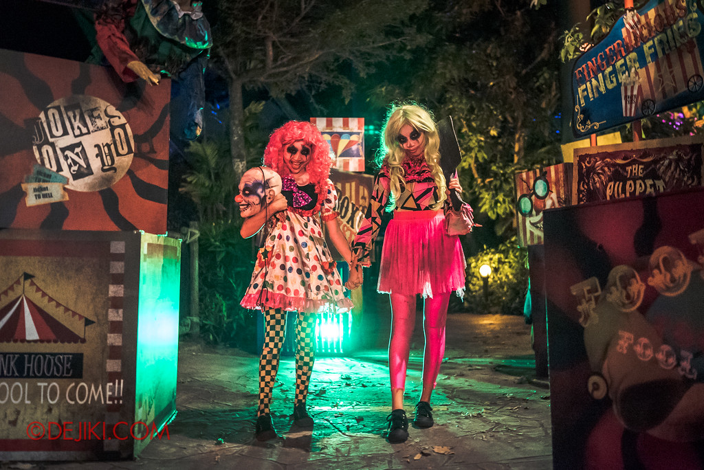 Halloween Horror Nights 7 - Happy Horror Days scare zone / April Fool's Day Clown girls