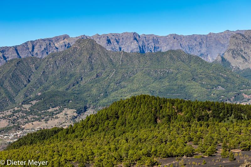La Palma - Blick auf die Caldera de Taburiente und die Cumbre Nueva vom astronomischen Aussichtspunkt - Mirador Astronómico del Llano del Jable - an der LP301