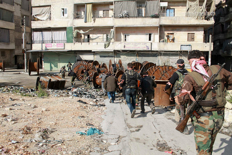 . Free Syrian Army fighters carry their weapons as they move towards their positions during an infiltration operation in Aleppo\'s neighborhood of Salaheddine on April 21, 2013.  REUTERS/Malek Al Shemali