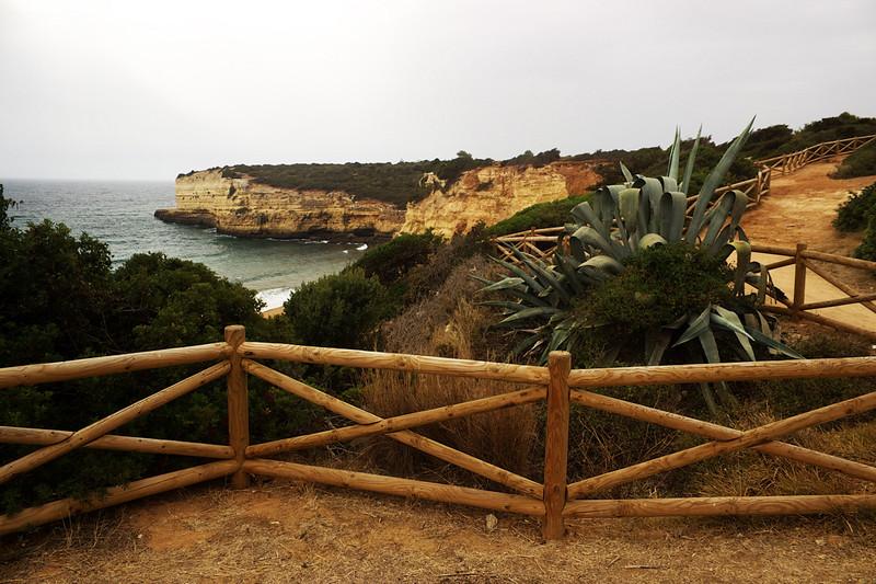 Pobřeží nad Praia Nova. Dá se po něm jít řadu kilometrů na západ.