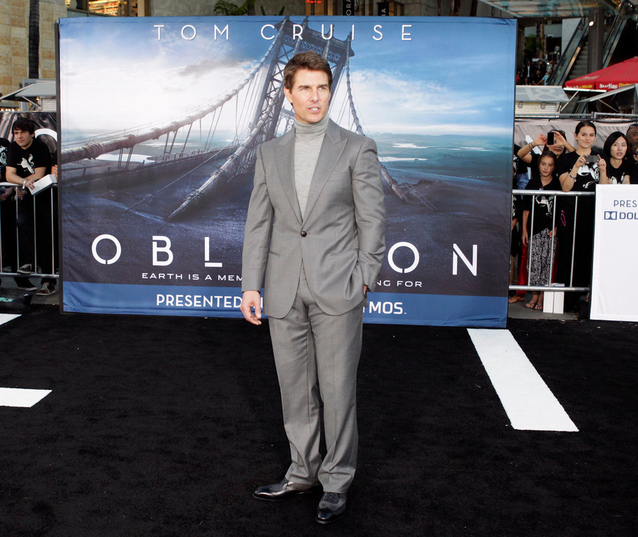 """. Cast member Tom Cruise poses at the premiere of his new film \""""Oblivion\"""" in Hollywood, California April 10, 2013.  REUTERS/Fred Prouser"""