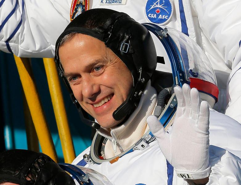 . International Space Station crew member U.S. astronaut Thomas Marshburn waves as he boards the Soyuz TMA-07M spacecraft at the Baikonur cosmodrome December 19, 2012.  REUTERS/Dmitry Lovetsky/Pool