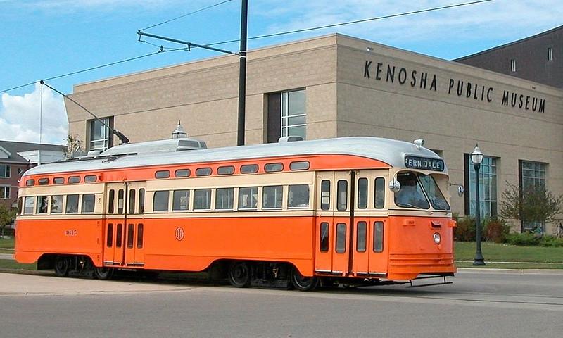 Kenosha_streetcar_4615_in_2005_passing_Kenosha_Public_Museum.jpg
