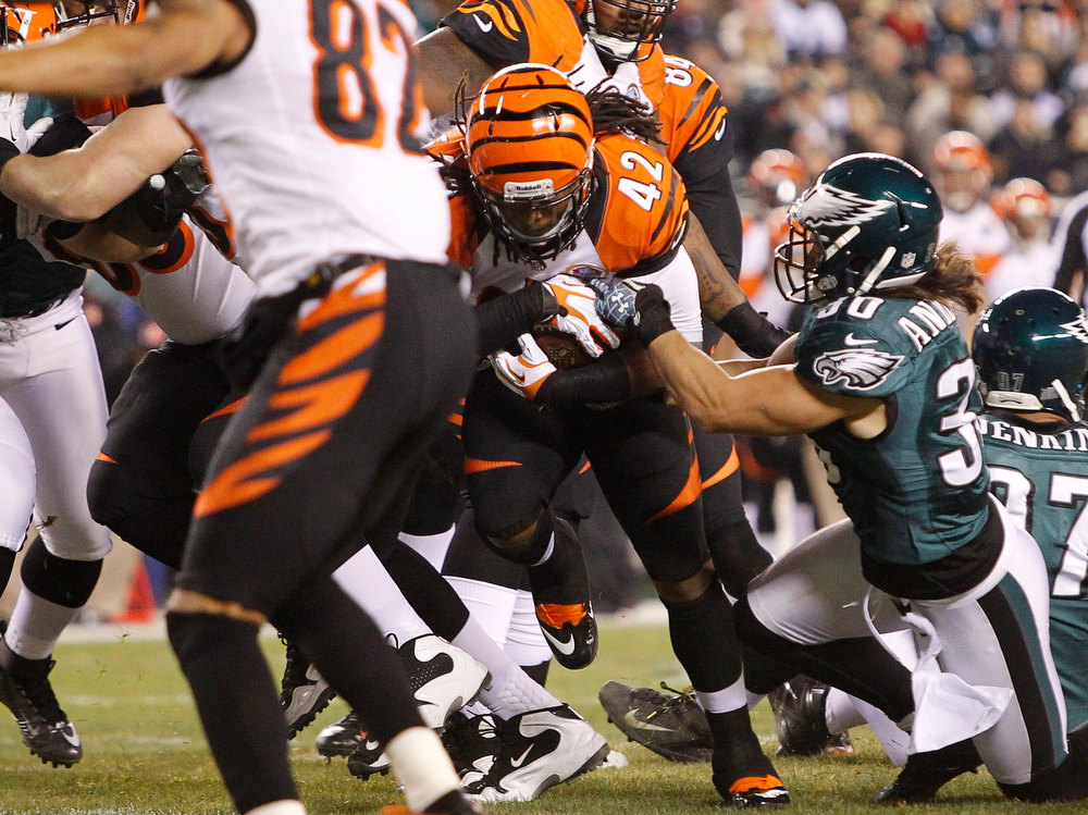 . Cincinnati Bengals running back BenJarvus Green-Ellis punches through Philadelphia Eagles defensive back Colt Anderson\'s (R) tackle for a touchdown during their NFL football game in Philadelphia, Pennsylvania, December 13, 2012.  REUTERS/Tim Shaffer