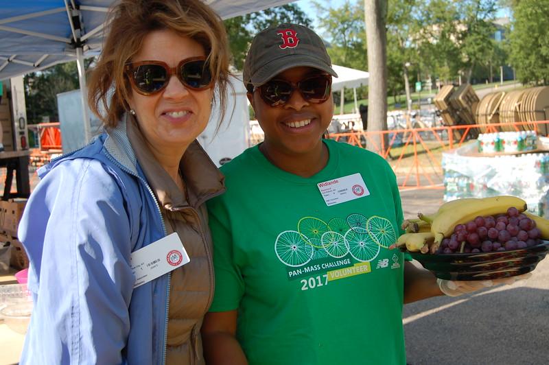 Sun-Wellesley-Volunteers-Fruit2-CK0101.jpg
