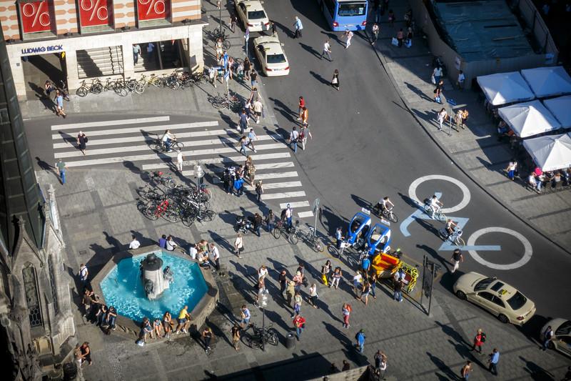 Life scene at Marienplatz.