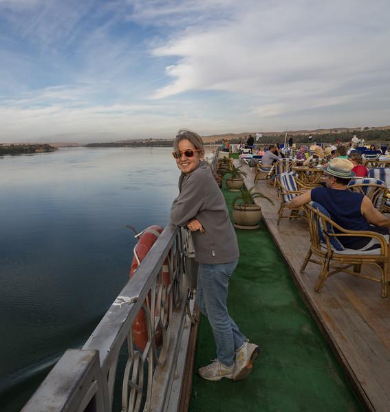 Celia en cubierta entre Aswan y Kom Ombo por el Nilo.