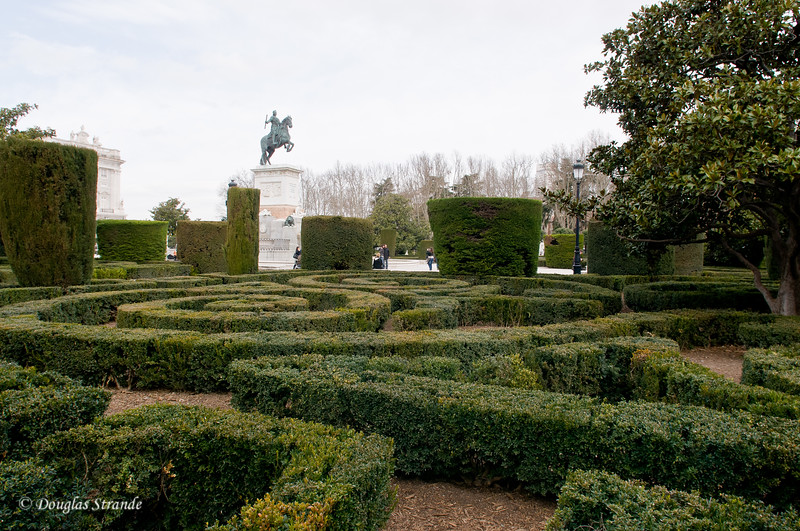 Tue 3/08 in Madrid: Hedge labyrinth outside the  Royal Palace