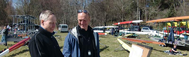 Frank Robert Blindheim (NSR) og Hans Magnus Grepperud (Ormsund) sjekker resultattavla
