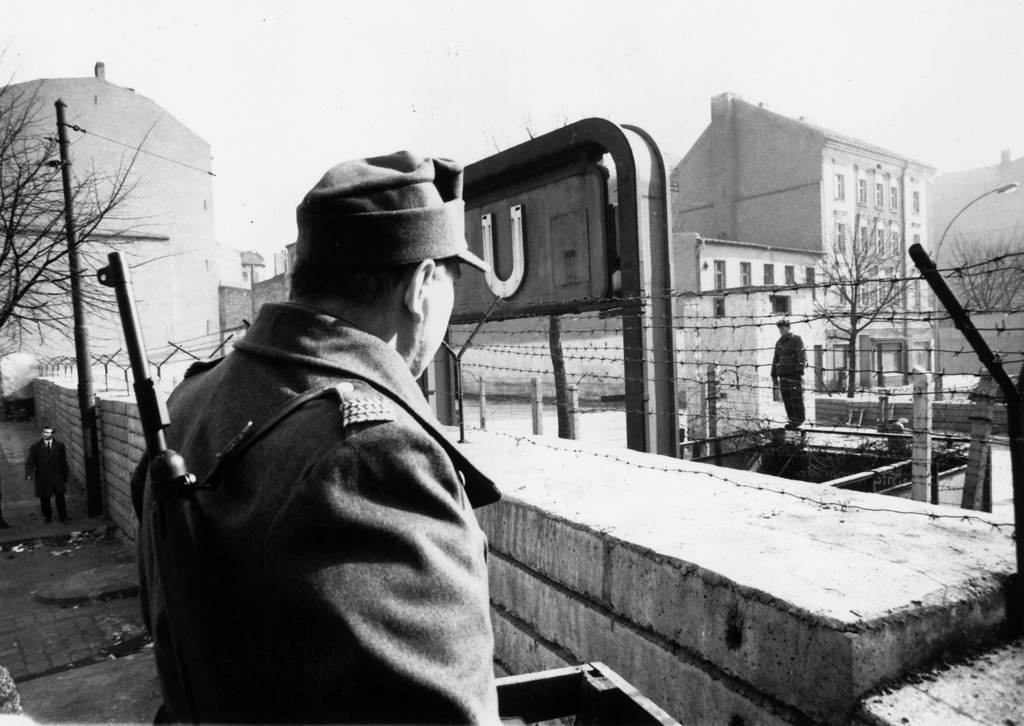 . Sentry on the western side of the Berlin wall looks across at his counterpart in the eastern sector, April 1, 1964.  (Photo by Cleland Rimmer/Evening Standard/Getty Images)