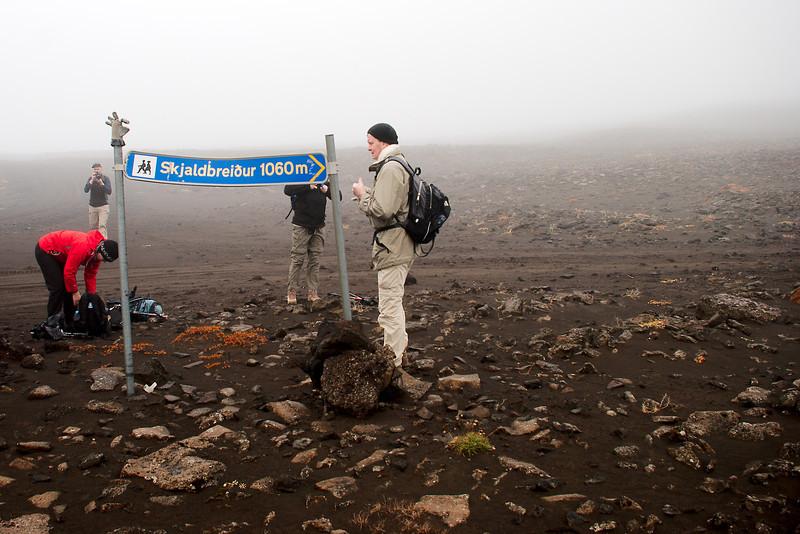 Hér hófst gangan. Við línuveginn yfir Haukadalsheiði er þetta skilti.