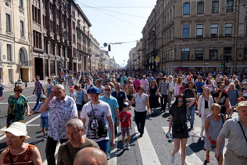 Es wollen immer mehr Menschen ins Zentrum der Stadt wegen des Navy Day´s