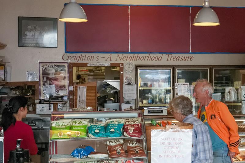 """Auf dem Weg zu den Twin Peaks brauchten wir eine Stärkung. Direkt nebenan war ein Starbucks, aber hier war es gemütlicher. Hat uns ein wenig an den """"Shop around the Corner"""" im Film """"You've got mail"""" erinnert, den wir ein paar Tage vorher im Zug gesehen haben."""