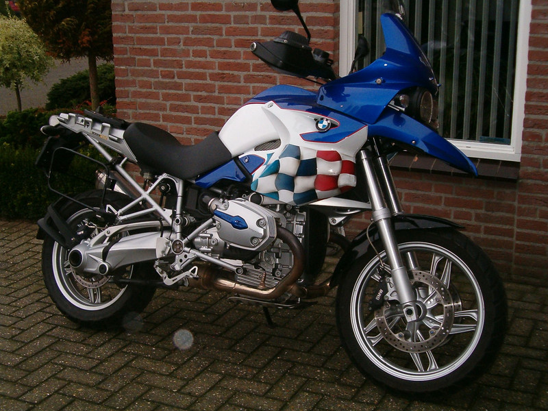Another R1200GS from the Netherlands owned by Dutch rider Hans G - the colour scheme is based on the last Paris Dakar R900RR ...the blue is a Yamaha color as used on the R1 Dutch GS riders forum: http://www.bmwgsclub.nl/forum/