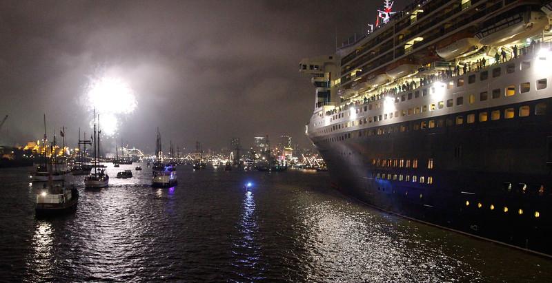 Queen Mary 2 mit Feuerwerk zum Hafengeburtstag nachts in Hamburg