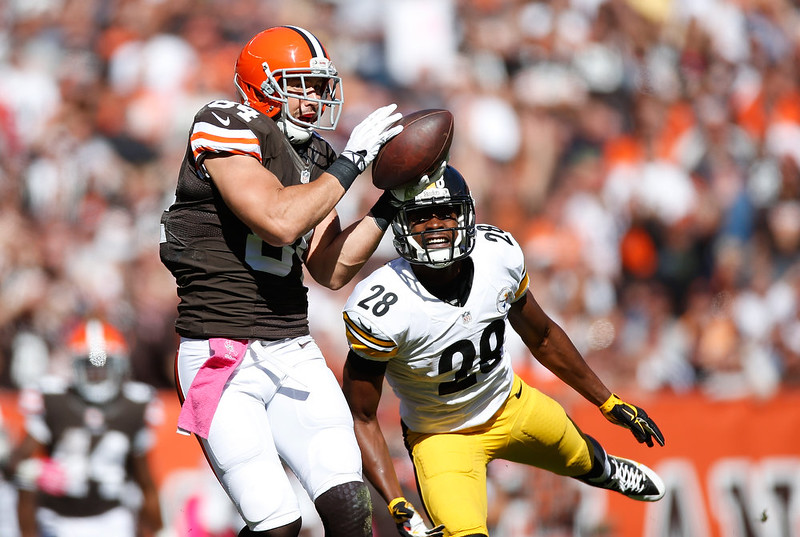 . Jordan Cameron #84 of the Cleveland Browns makes a second quarter touchdown catch in front of Cortez Allen #28 of the Pittsburgh Steelers at FirstEnergy Stadium on October 12, 2014 in Cleveland, Ohio.  (Photo by Gregory Shamus/Getty Images)