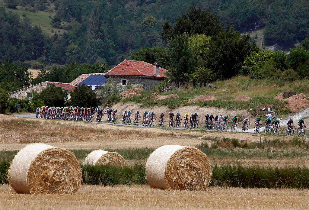. The pack of riders cycle during the 242.5 km fifteenth stage of the centenary Tour de France cycling race from Givors to Mont Ventoux July 14, 2013.          REUTERS/Eric Gaillard