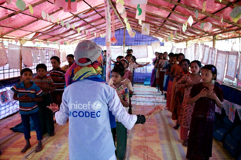 0153-0161Teacher Samira Akther works out with Rohingya refugee children and plays games with them at a UNICEF-supported learning centre at the Balukhali makeshift settlement in Ukhia, Cox's Bazar, Bangladesh.     Photo: UNICEF / b.a.sujaN/Map