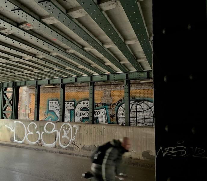 Unterführung beim Bahnhaltepunkt 'Morellstraße' mit Grafiti. Mit Apple ProRAW belichtet.