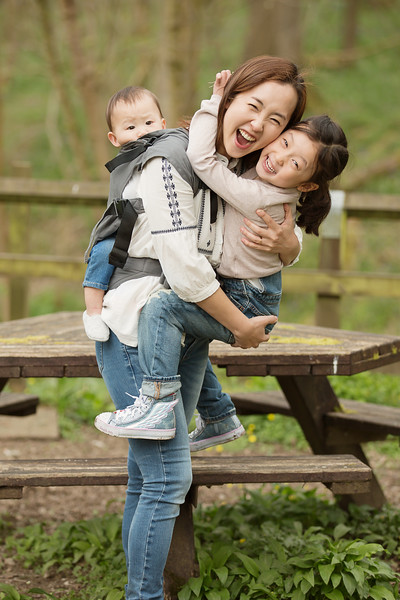 Izmi_Toddler_Carrier_Cotton_Mid_Grey_Lifestyle_Back_Carry_Family_Laughing.jpg