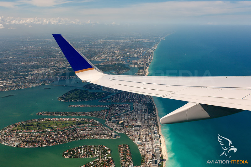 Wing View United Airlines Boeing 737-800 departing from Miami