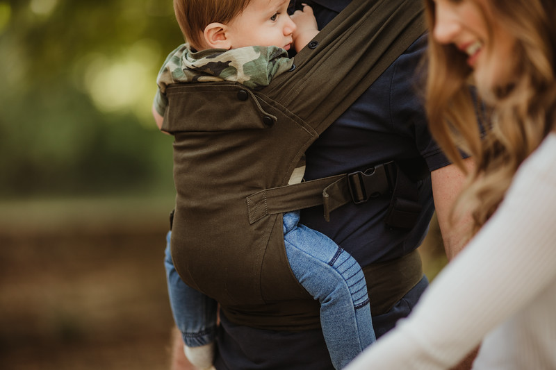 Izmi_Baby_Carrier_Olive_Lifestyle_Front_Carry_Dad_Carrier_Focus.jpg