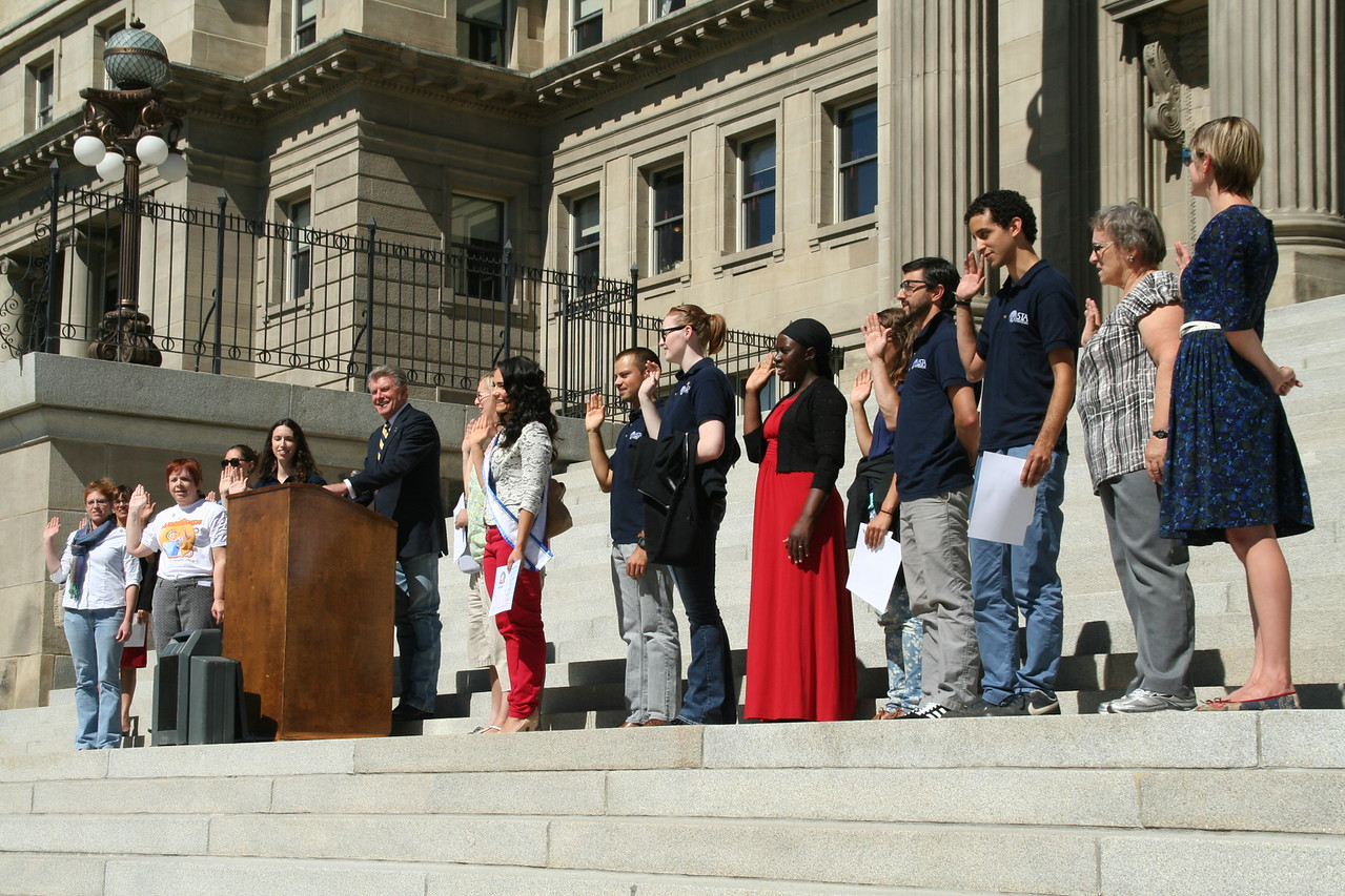 Governor Butch Otter administers the AmeriCorps pledge in Boise, ID. Corporation for National and Community Service Photo.