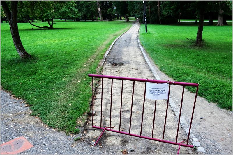 Z důvodů bezpečnosti prosíme chodce, aby přešli na protější chodník.