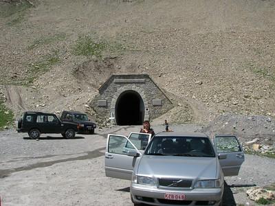 2009. Yep!!! Mijn vriendin en ik met onze Volvo S70 aan de Parpaillon tunnel. Tot zeer grote verbazing van de aanwezig Land Rover rijders huh huh