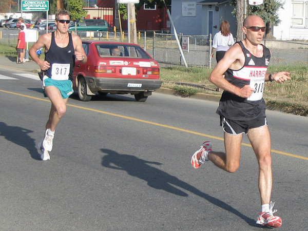 2005 Run Cowichan 10K - Sweetland tries to active her Livestrong powers