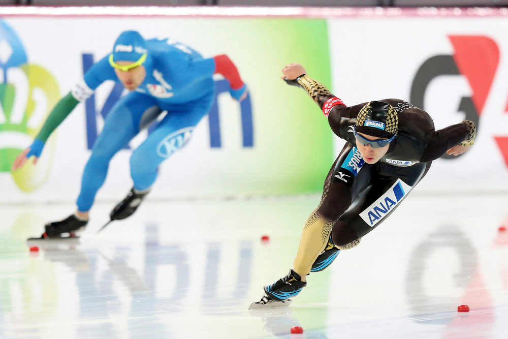 . Marco Cignini of Italy (L) and Hiroki Abe of Japan compete during the men\'s 500m event at the World Speedskating Championships in Hamar in this picture provided by NTB Scanpix February 16, 2013. REUTERS/Hakon Mosvold Larsen/NTB Scanpix