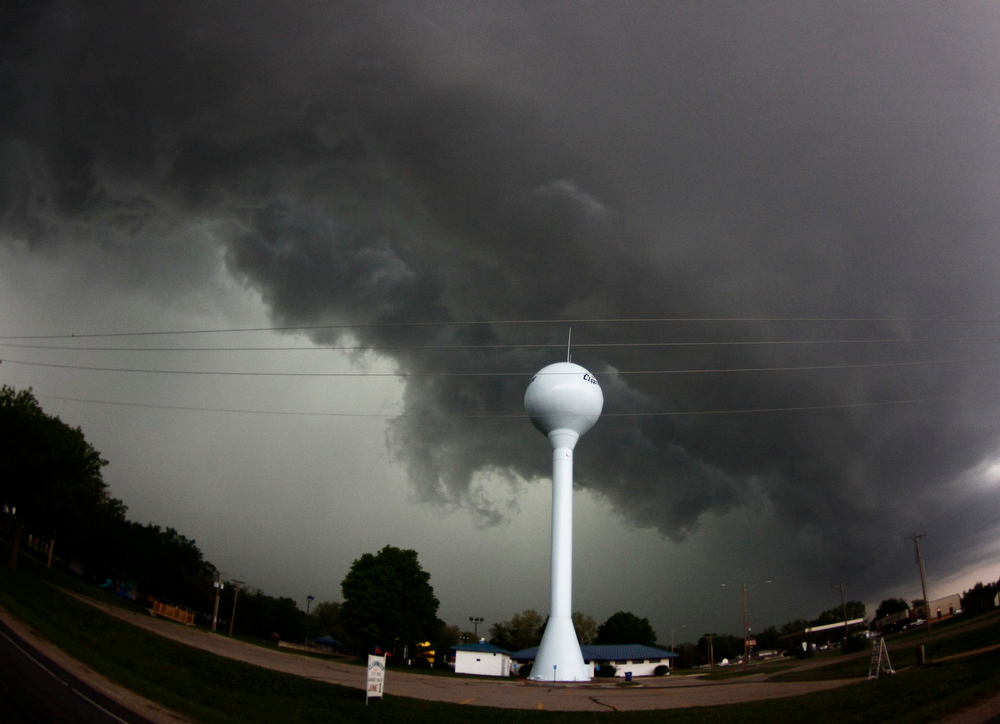 . A tornadic thunderstorm passes over Clearwater, in Kansas May 19, 2013. A massive storm front swept north through the central United States on Sunday, hammering the region with fist-sized hail, blinding rain and tornadoes, including a half-mile wide twister that struck near Oklahoma City. News reports said at least one person had died.  REUTERS/Gene Blevins