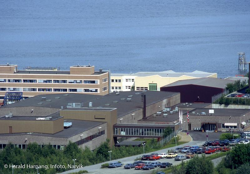 Norsk forsvarsteknologi, NFT, juni 1991. I bakgrunnen to SIVA-bygg (senere VINN-bygg til venstre). Besøk på bedriften? Norsk flagg utenfor.