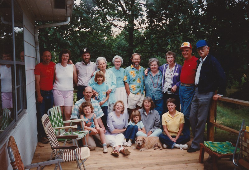 SCN_0433 FAMILY REUNION 8 TO 11 SEPT 89 VINEWOOD THE WHOLE FAMILY PAM (GRINSTEAD) TAKING PICTURE.jpg