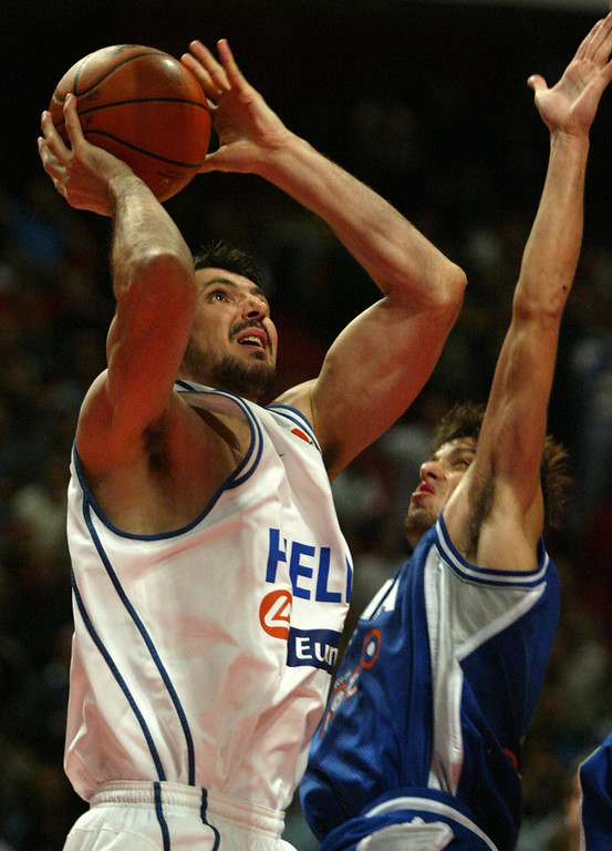 . Worst � 2. Efthimios Rentzias Picks 23rd overall in the 1996 draft, the 6-foot-11 Rentzias never played a single game for the Nuggets. He was drafted while under contract with his team in Greece and decided to not play in the NBA, until 2002, when he spent one season with the 76ers. He played in 35 games for Philadelphia, averaging 1.5 points per game.  Efthimios Rentzias from Greece goes up for two points next to Alessandro De Pol from Italy during their match of the FIBA European Basketball Championships 2003, being played in Stockholm, Sweden 11 September 2003.  AFP PHOTO / MLADEN