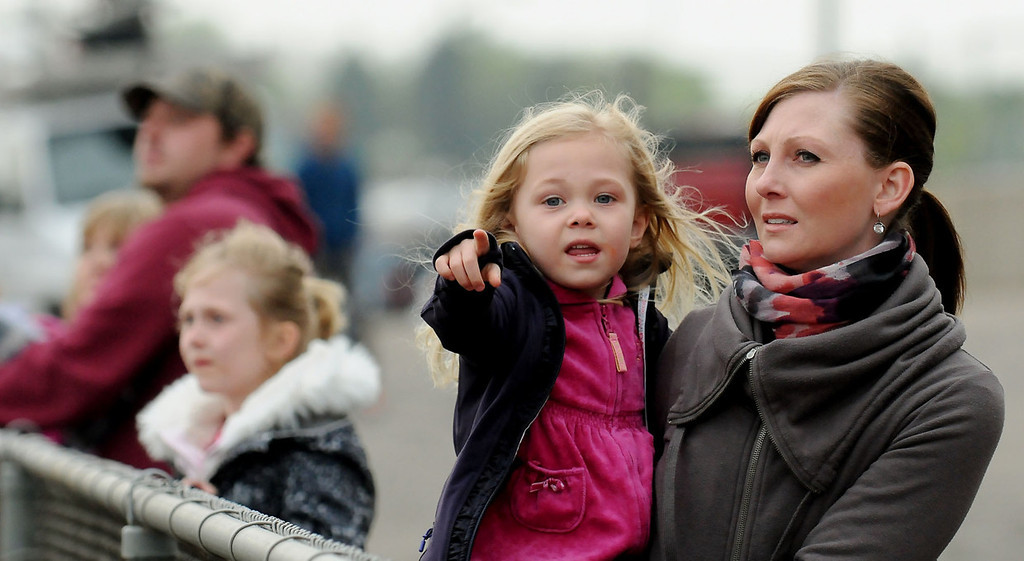 . Luelle Shallman, 3, points out her horse to her mom, Tenielle, during the first race. (Pioneer Press: John Autey)