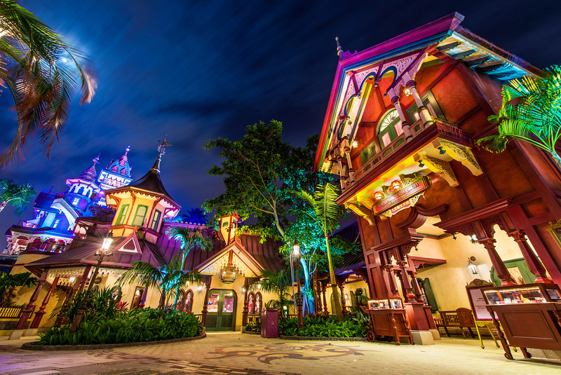 explorers-club-restaurant-hong-kong-disneyland-night.jpg
